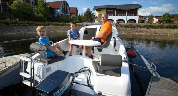 Motorový člun na Lipně